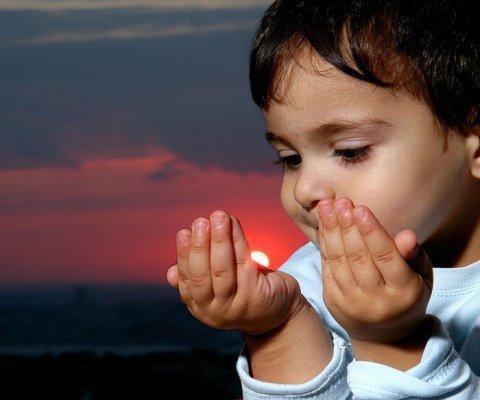 Ilustrasi : Anak sedang berdoa
